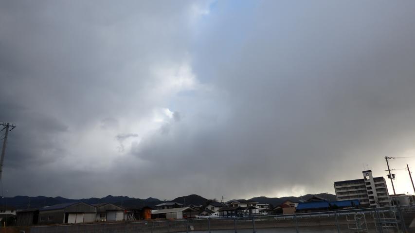 淡路島南部を雪雲が流れていく