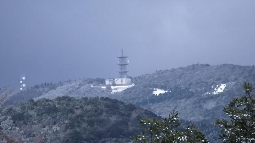 遠目に諭鶴羽山は薄っすらと雪化粧