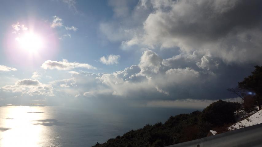 紀伊水道を流れ下る降雪雲