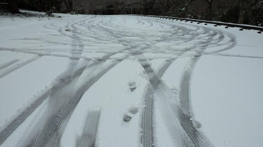 周遊道路の奥の駐車場で雪道走向の練習