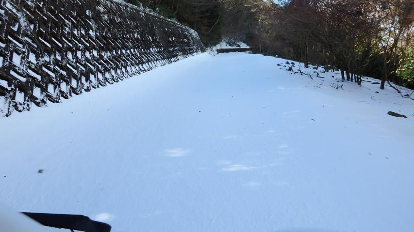 溝とかも不明瞭、雪の下に落石があるかも?
