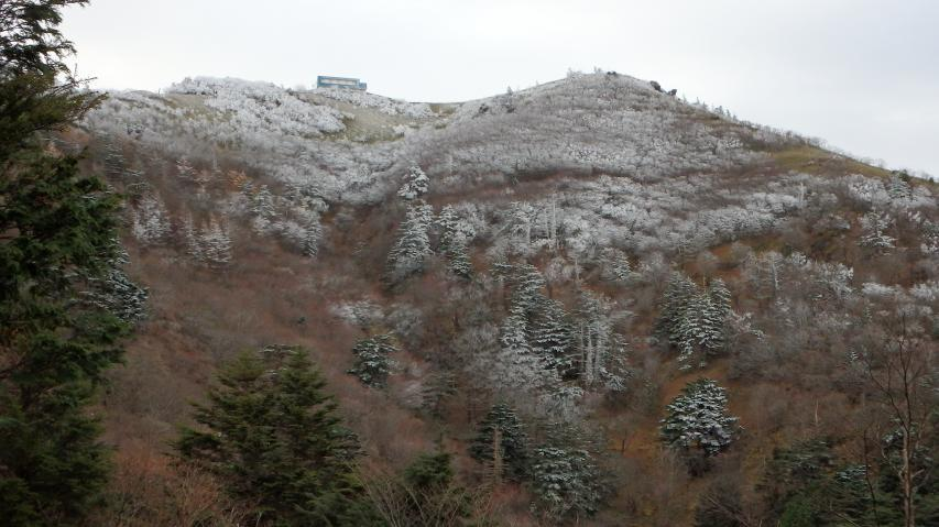 07時07分、西島神社付近から山頂を見上げる