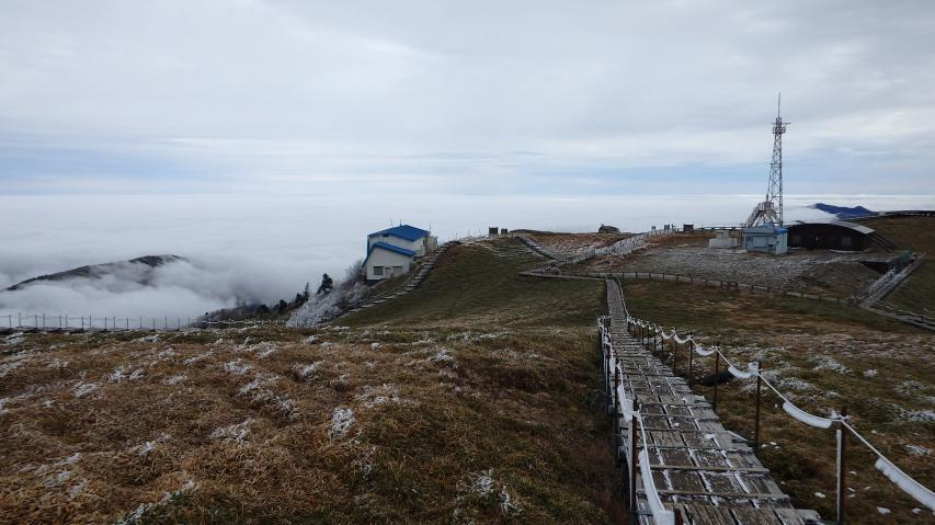 山頂からヒュッテ方向を見る