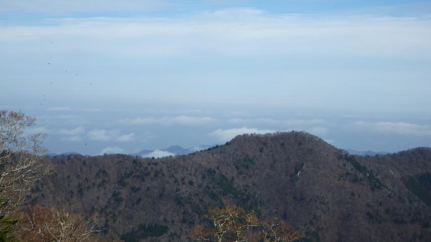 砥石権現の向こう側に雲海の名残が見える