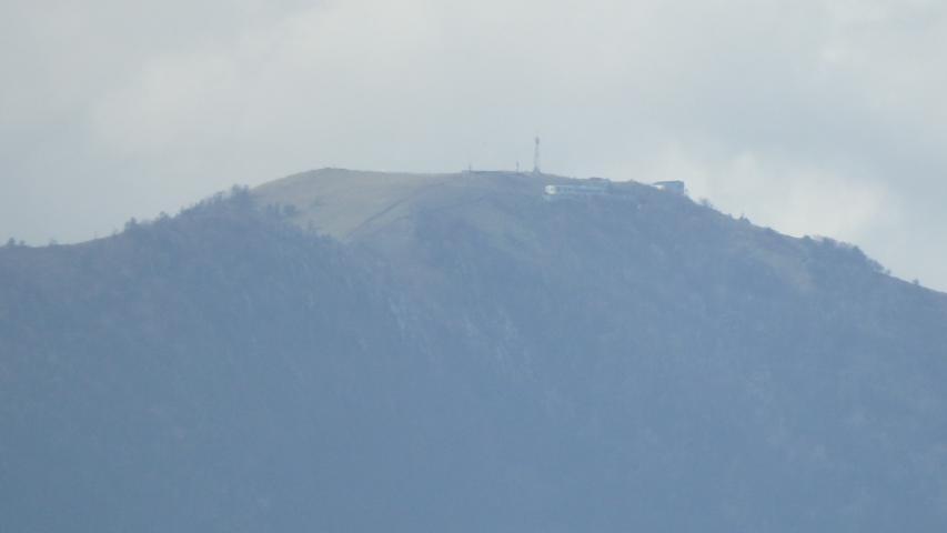 剣山頂上ヒュッテが見える