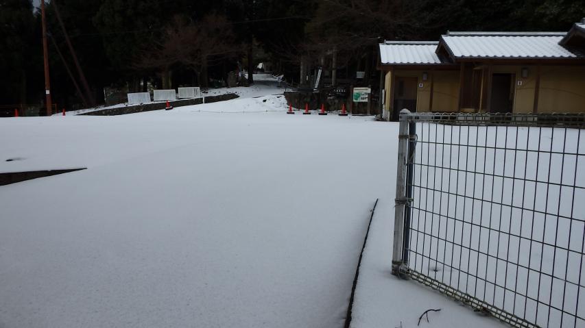 神社の駐車場も真っ白
