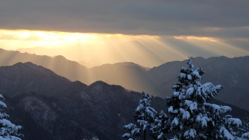 高越山で見られた見事なチンダル現象