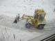 裏の道を除雪する除雪車