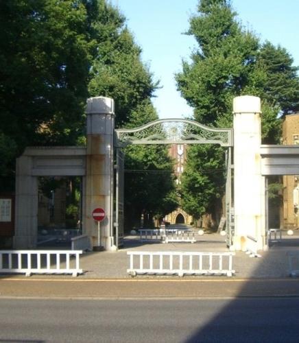 とある大学の門