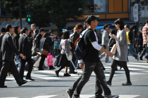 横断歩道を渡る人たち1109