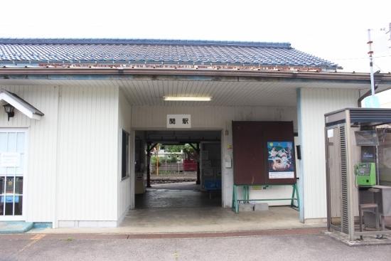 ②関駅 (550x367)