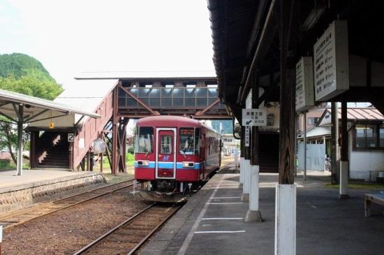 ⑯郡上八幡普通列車 (550x365)