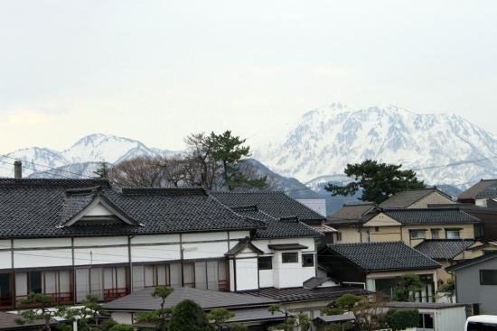 ⑬雪を抱く山