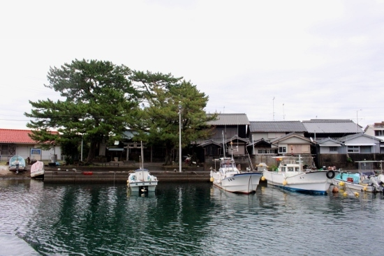 ⑥港と出羽神社