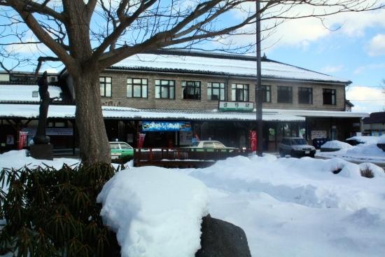 ⑥雪の遠野駅舎