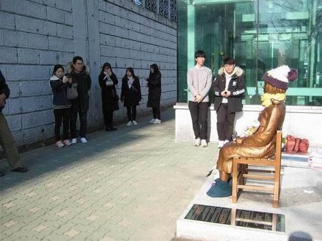 20170107_釜山の日本総領事館前の慰安婦像(470x352)
