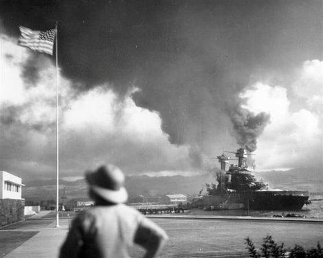 20170108_真珠湾攻撃で炎上する米戦艦カリフォルニア(470x376)
