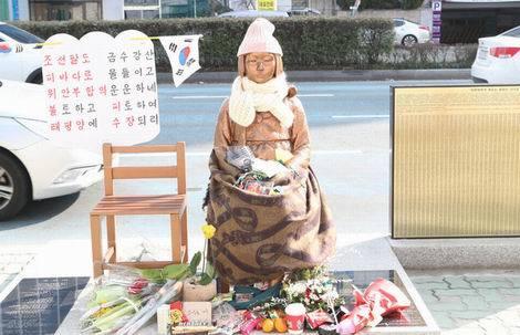 20170112_釜山の日本領事館前の少女像(470x303)