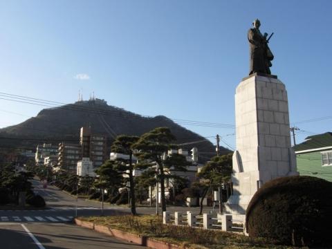 高田屋嘉兵衛像と函館山