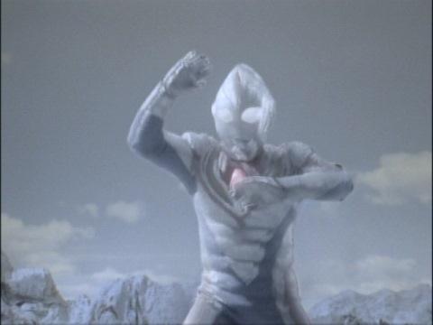 レイキュバスによって凍り漬けにされたウルトラマンダイナ