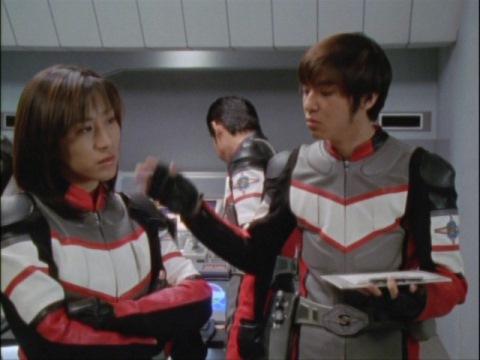 ムッとしているユミムラ・リョウ隊員(演:斉藤りさ)に、アスカ隊員からのとぼけた一言が