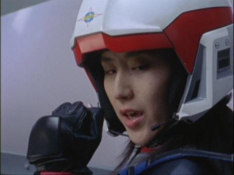 カリヤ隊員の一言に握り拳を作るユミムラ・リョウ隊員(演:斉藤りさ)
