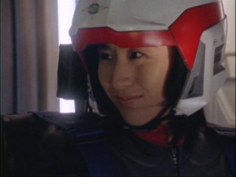 マイ隊員に優しく微笑みかけるユミムラ・リョウ隊員(演:斉藤りさ)