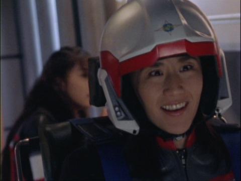 ウルトラマンダイナの登場に喜ぶユミムラ・リョウ隊員(演:斉藤りさ)
