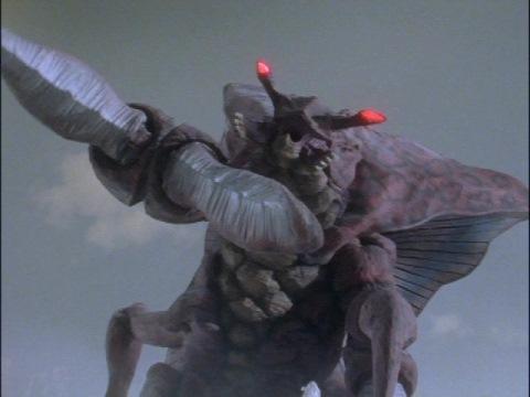 ウルトラマンダイナに止めを刺そうとするレイキュバス