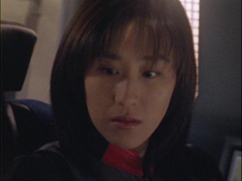 突然のマイ隊員の行動に驚くユミムラ・リョウ隊員(演:斉藤りさ)