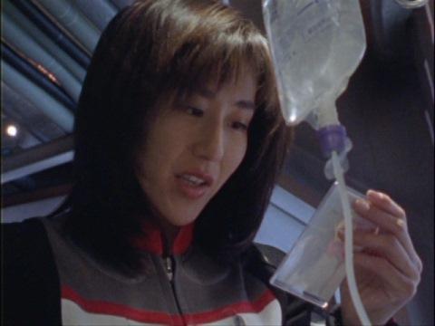 ハラシマ主任の娘・サオリの写真を見つけるユミムラ・リョウ隊員(演:斉藤りさ)
