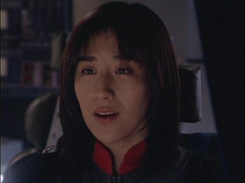 マイ隊員に優しく語りかけるユミムラ・リョウ隊員(演:斉藤りさ)