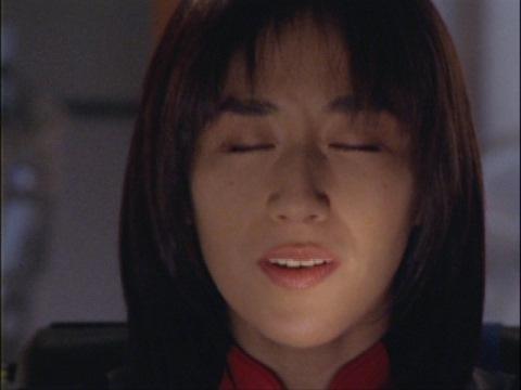 君だけを守りたい♪を歌う、ユミムラ・リョウ隊員(演:斉藤りさ)