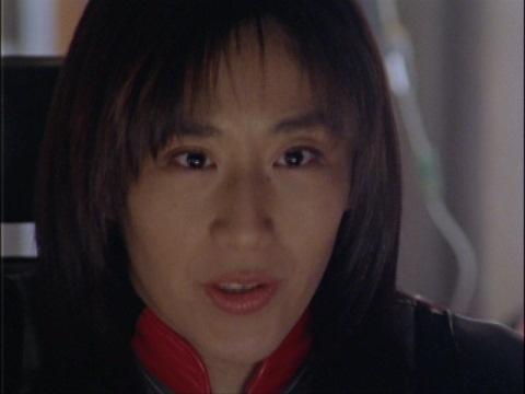 マイ隊員を援護するため、スヒュームに攻撃するユミムラ・リョウ隊員(演:斉藤りさ)