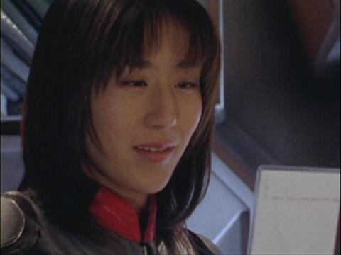 ハラシマ主任の娘・サオリの写真に語りかけるユミムラ・リョウ隊員(演:斉藤りさ)
