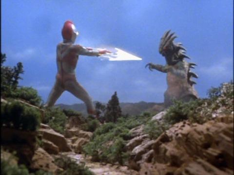 ザキラにウルトラスラッガー投げの後、サクシウム光線で止め!