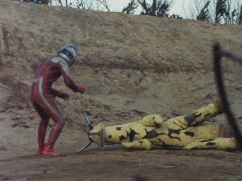 エレキングを投げ飛ばして、ウルトラセブンの勝利