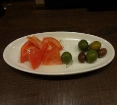 ちょい飲みセットのタパス ざく切りトマト と オリーブ盛り合わせ