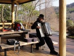 鏡山公園でアコーディオン20170103-3