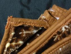 使ってきた膝掛け毛布~縁の布や糸が解けた