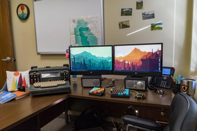 PC_Desk_MultiDisplay79_60.jpg