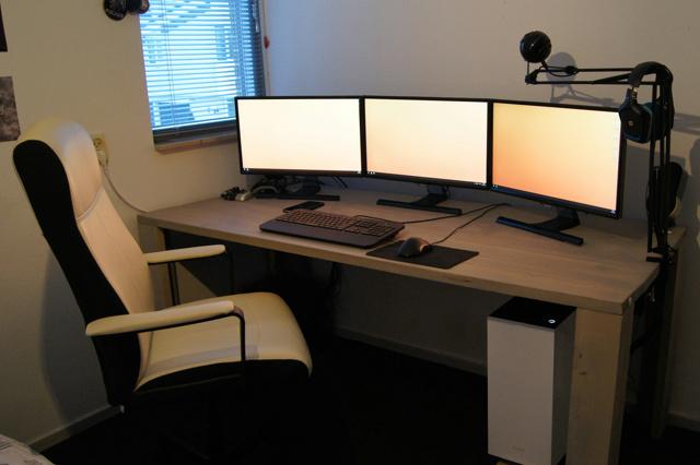 PC_Desk_MultiDisplay85_53.jpg