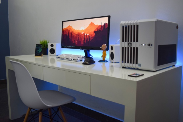 PC_Desk_UltlaWideMonitor15_11.jpg
