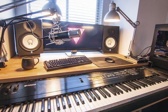 PC_Desk_UltlaWideMonitor16_43.jpg