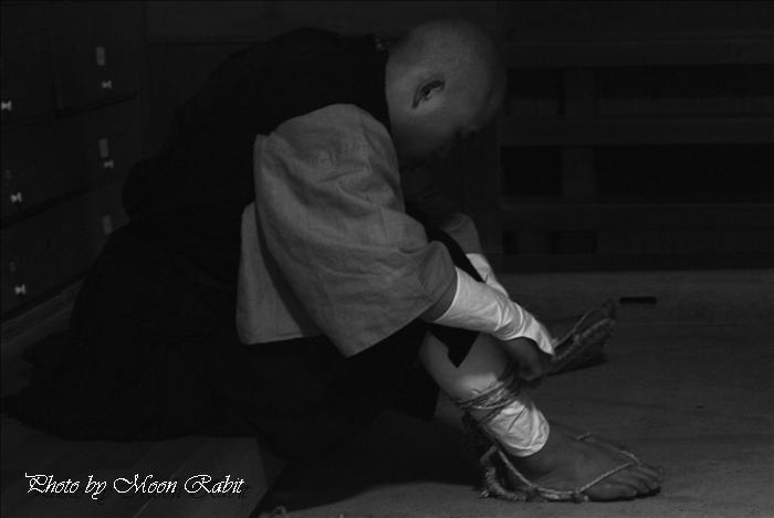 寒行托鉢 わらじ(草鞋)と素足 瑞応寺