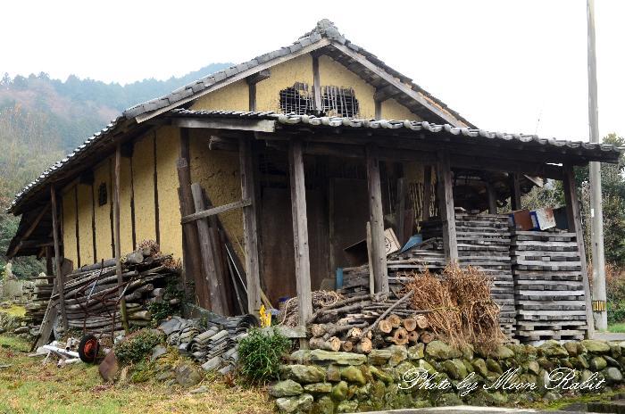 小松町安井の納屋と墓地