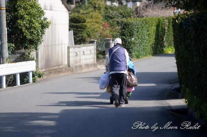 遍路道を歩く人 愛媛県西条市洲之内棚林
