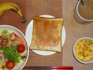 イチゴジャムトースト,サラダ(キャベツ、レタス、大根、人参、トマト)青紫蘇・オリーブオイル,フライドオニオン入りスクランブルエッグ,バナナ,コーヒー