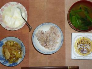 胚芽押麦入り五穀米,納豆,肉野菜炒め,ほうれん草とワカメのおみそ汁,オリゴ糖入りヨーグルト