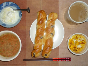 レーズンパン×2,トマトスープ,フライドオニオン入りスクランブルエッグ,オリゴ糖入りヨーグルト,コーヒー